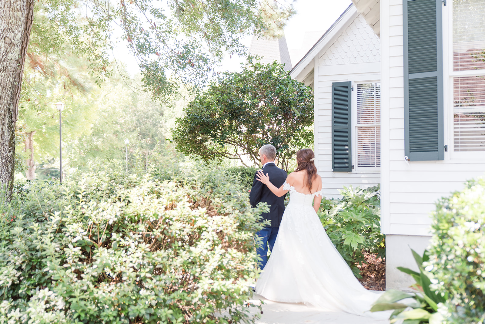 bride approaches dad for first look in Alabama